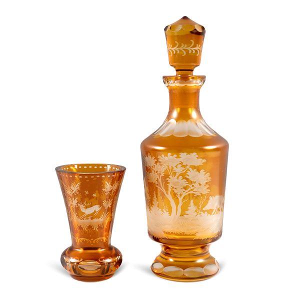 Bottiglia e bicchiere in cristallo molato
