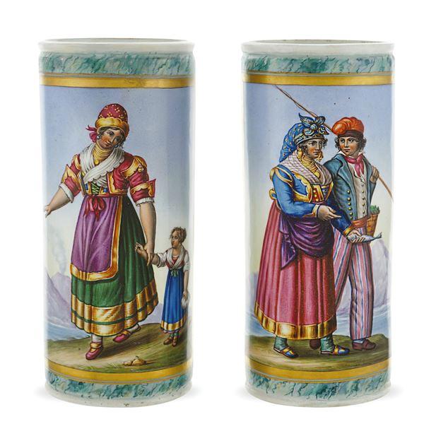 Coppia di vasi in porcellana policroma
