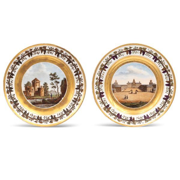 Coppia di piatti in porcellana policroma e dorata
