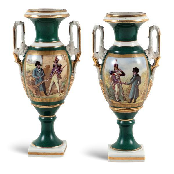 Coppia di vasi biansati in porcellana