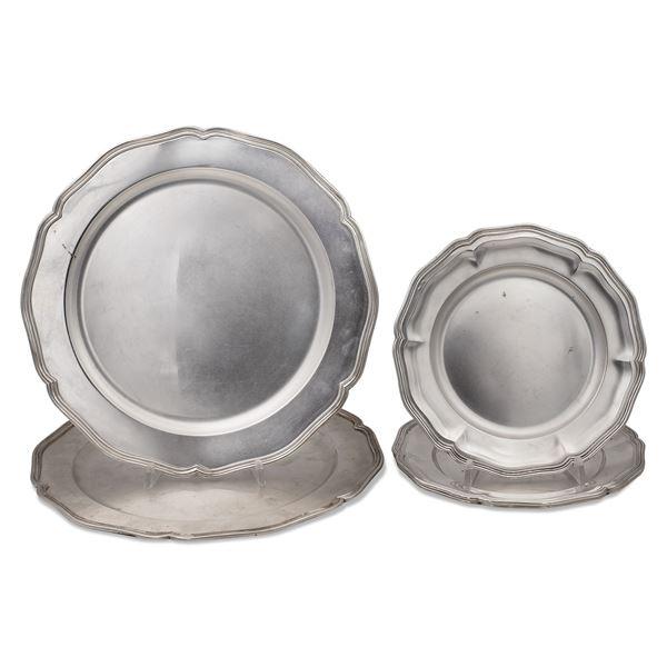 Coppia di sottopiatti e tre piatti da dessert in argento (5)