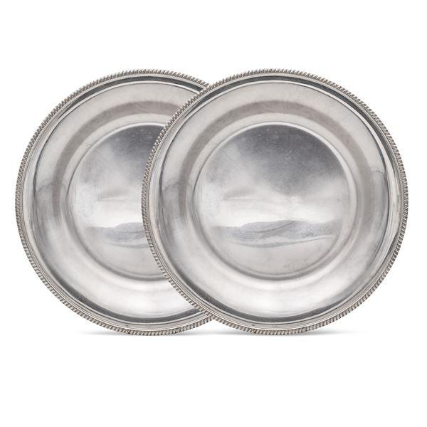 Coppia di piatti circolari in argento