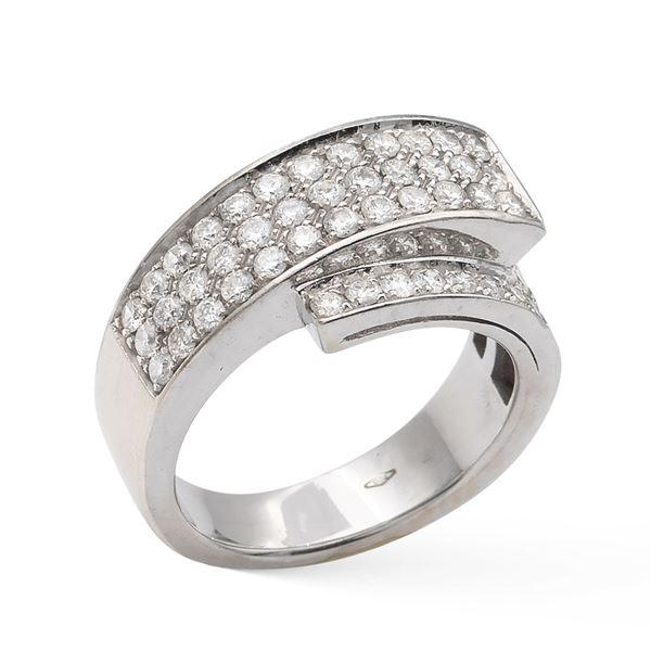 Anello a motivo contrarié in oro bianco e diamanti