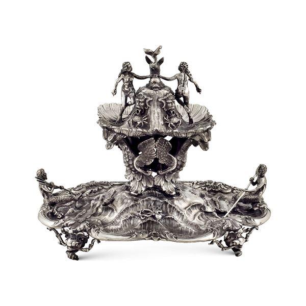 Fontana centrotavola in argento sbalzata e cesellata