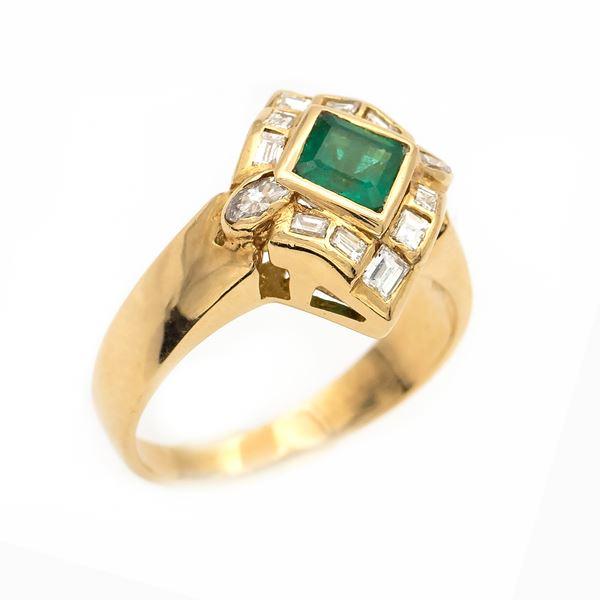 Anello in oro giallo 18kt con smeraldo e diamanti